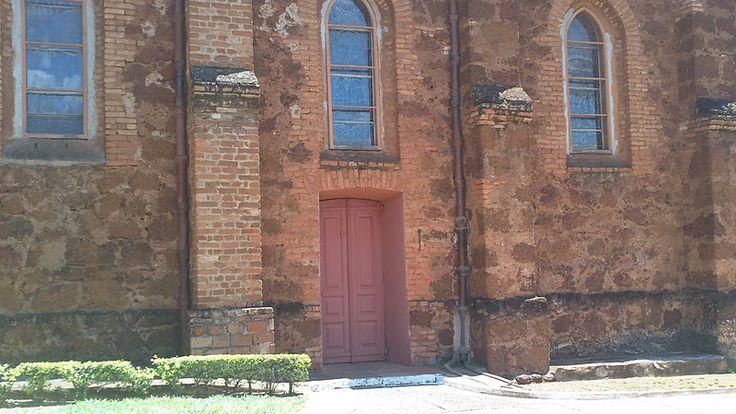 Janelas e porta na Igreja de São Domingos em Uberaba, estado de Minas Gerais, Brasil.  Fotografia: Roger R. A. Raimundo.