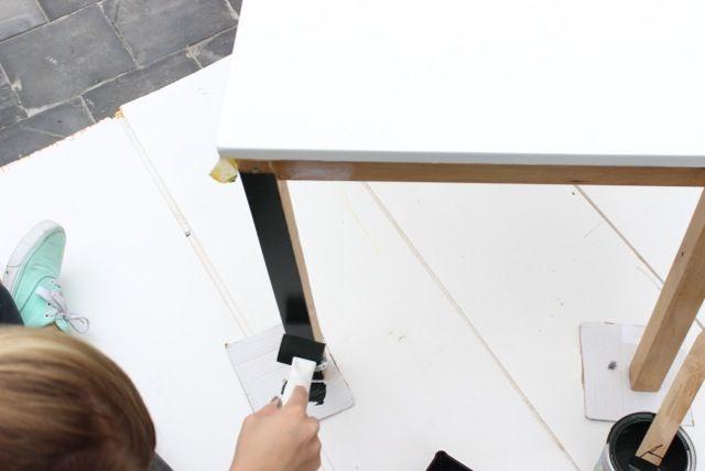 Stap 5: Natuurlijk mag je zelf je kleur kiezen, maar in dit geval is het onderstel van het tafeltje eerst in een donkergroen geverfd.