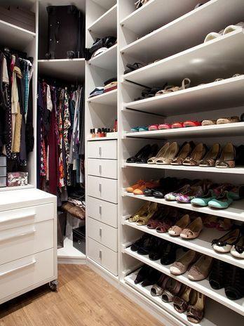 O apartamento de 70m² de uma jovem designer conta com closet, o que ajuda na organização do ambiente. O projeto é da designer de interiores Marisa Garcia. Telefone: (0xx11) 4368-3894  Foto: Divulgação
