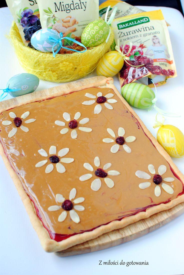 Wielkanocny mazurek z masą kajmakową i dżemem porzeczkowym