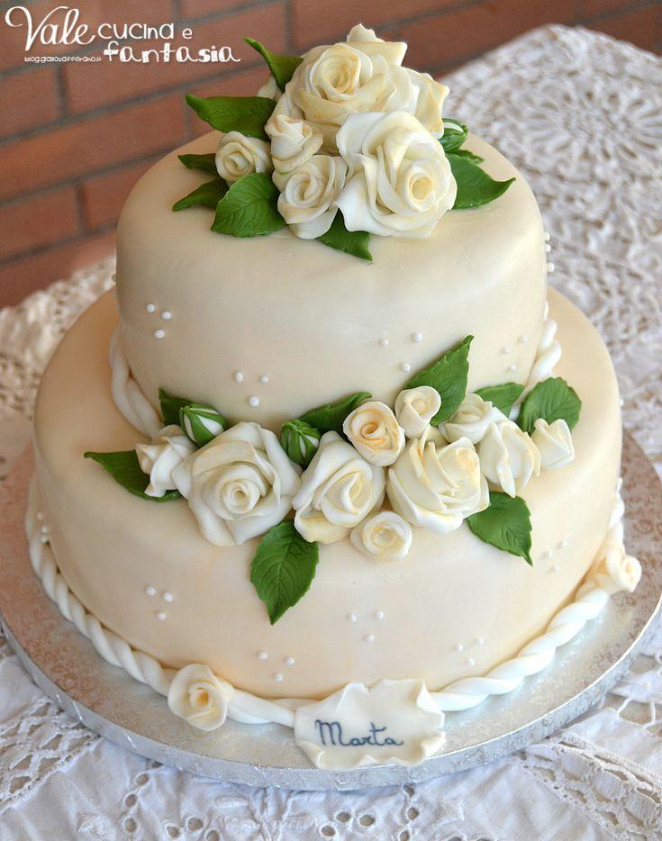 Torta a due piani con rose decorata in pasta di zucchero