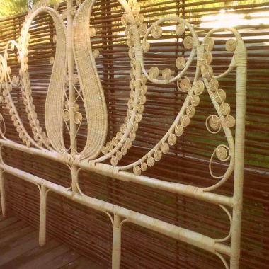 De estilo romántico este muy bello respaldo para cama de una o dos plazas, confeccionado en mimbre natural con estructura en fierro o madera, ideal para la pieza de nuestra hija o para regalar a nuestra sobrina o ahijada, sería un hermoso y delicado regalo.<br /> Las dimensiones para cama de una plaza son 1,20 mts de alto y 90 cms de frente y para cama de dos plazas es de 1,40 mts de alto y 1,80 mts de frente, el valor de éste último es de $295 mil pesos.<br /> Se puede además solicitar en…