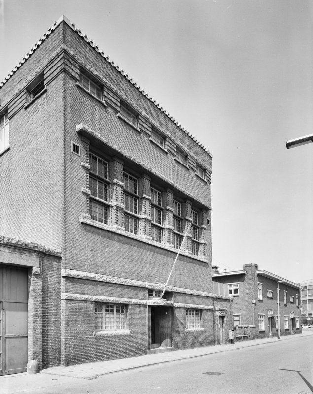 Huis van Bewaring, Almelo Eén vleugel is evenwijdig aan de Marktstraat achter genoemde dienstwoningen gelegen, heeft enkelzijdig drie lagen met een galerij-ontsluiting. De andere vleugel sluit daarop met een stompe hoek aan, heeft twee lagen cellen met een galerij en een derde met een zij-corridor.