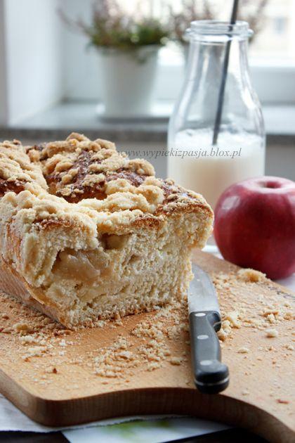 Drożdżowa strucla jabłkowo-serowa z maślaną kruszonką