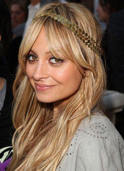 Das Boho-Haarband rundet die Hippie-Frisur von Nicole Richie stilecht ab. Das Must für diesen Look ist ein Mittelscheitel...(Bild: Getty Images)
