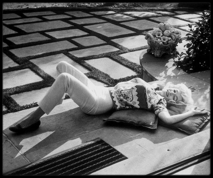"""Février 1962 / Dans les coulisses d'une session photos avec Willy RIZZO ; D'après le livre """"Mes Stars"""", Willy RIZZO affirme que la séance avec Marilyn eut lieu en Juillet 1962, 15 jours avant son décès, ce qui est impossible puisque """"Paris Match"""" en fera sa couverture le samedi 23 juin 1962. En réalité, la séance eut lieu bien avant, en février. RIZZO rêvait de rencontrer Marilyn : """"Un jour, un ami metteur en scène, à qui je raconte mon histoire, ne me laisse pas finir :  -'J'ai tout…"""