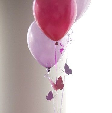 Estos ramos de globo son la mariposa perfecto cumpleaños decoraciones para llenar tu fiesta con mariposas revoloteando!  Cada set viene con 3 cintas de globo con una mariposas encordada en cada una junto con 3 juego de globos de látex de 11 de perlas (y extra en caso de rotura). Globos no vienen inflados. Se cortan las mariposas de cartulina de 100lb. Ideal para fiesta de cumpleaños, 1r cumpleaños, Baby Shower o despedida de soltera!  Combinaciones de 2 y 3 colores de globos y mariposas…