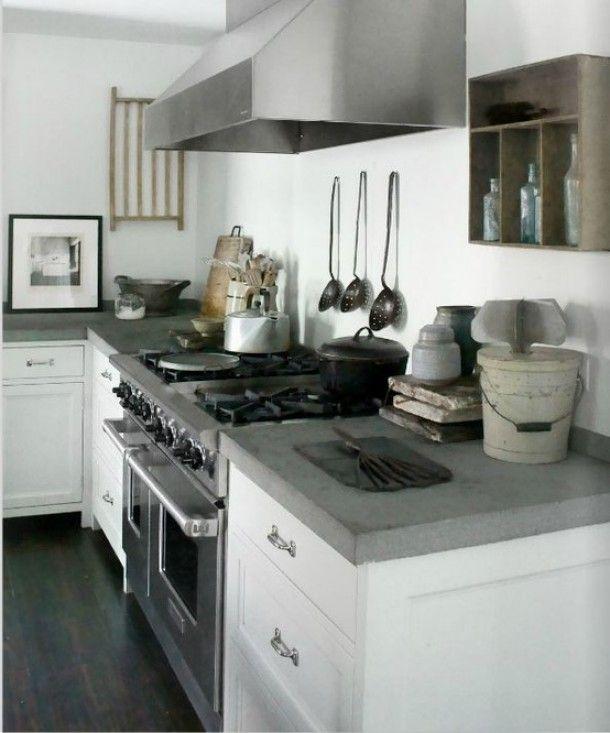 Landelijk antiek en brocante   stoere keuken met beton aangekleed met brocante accessoires. Door Syl
