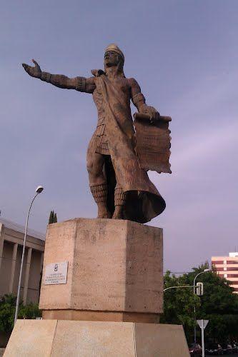 Estatua de Nezahualcoyotl en una glorieta de la Avenida de la Hispanidad, muy cerquita del Palacio de Congresos y de la Estación de Autobuses. Este importante personaje fue Rey de Texcoco, poeta, filósofo y un arquitecto extraordinario.