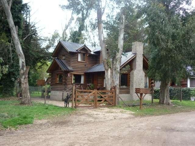 Las construcciones de troncos macizos permiten cualquier tipo de diseño, generalmente con diferentes caidas de techos y estufa hogar. Mayor informacion en casadetroncos.com