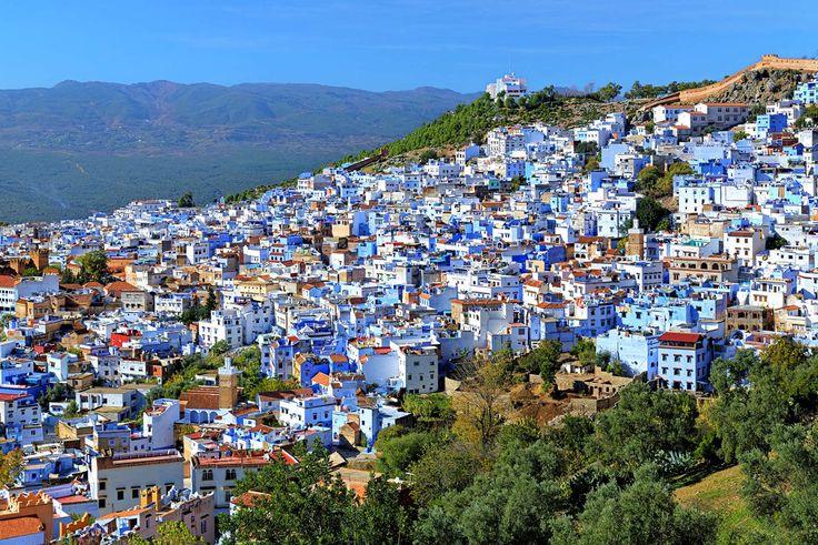 Bár mindenki a sokszínűségre, a változatosságra vágyik, mégis létezik olyan pont, ami az egyhangúságával bájol el mindenkit. Marokkóban létezik egy kisvároska, Chefchaouen, mely fantasztikus látványt nyújt már távolról is, ugyanis a házak nagyrésze kék színűre van festve.   #Chefchaouen #kék #kék város #Marokkó