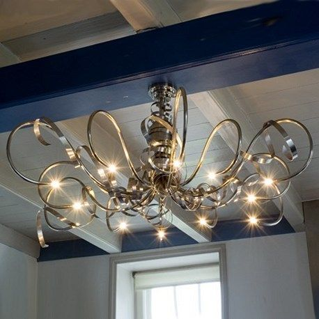 Kroonluchter Aranca staat geweldig mooi aan dit authentieke balkenplafond. Deze lamp is verkrijgbaar bij www.artdecowebwinkel.com.