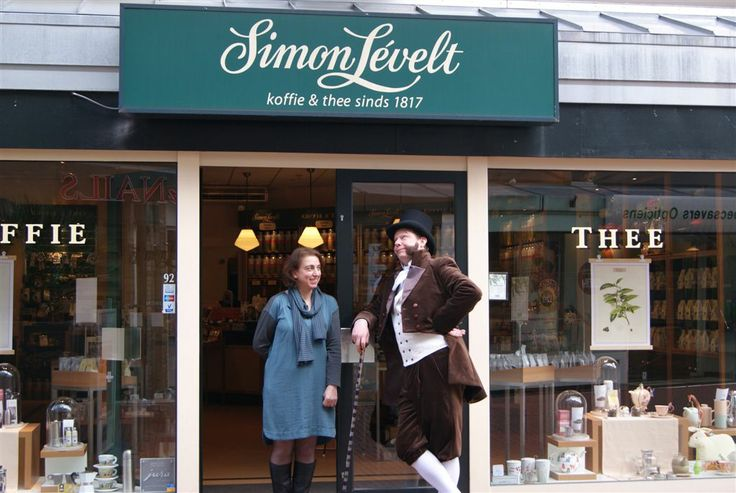 Simon Lévelt op bezoek bij de winkel van Naïda in Zoetermeer. http://www.lachendelama.nl/nieuws/simon-levelt-zoetermeer/