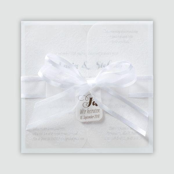 Stilvolle Hochzeitseinladung mit Banderole und festlichem Band