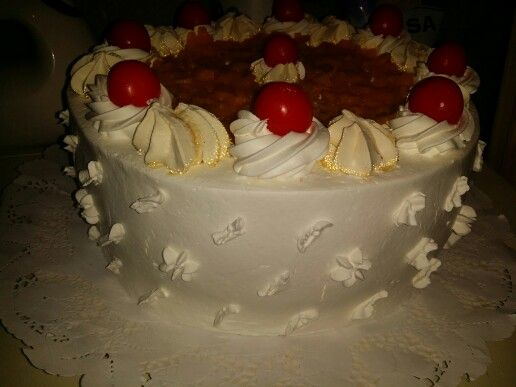 1 torta 20 personas 7 sabores biscoho vainilla, biscocho chocolate, milojas y disco de merengue relleno con mango, crema pastelera, mamjar decorada con mango, merengue y crema chantilli