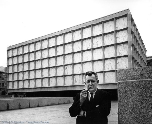 American demi-god Gordon Bunshaft (1909-1990) in front of one of his best designs, the Beinecke Rare Book and Manuscript Library at Yale university in New Haven, US. Bunshaft was one of the most important architects of post-WWII America. Working as partner at Skidmore, Owings and Merrill (SOM) he was responsible for such landmark buildings as the Lever house (NYC), the Beinecke library (New Haven) and the Hirshorn museum (Washington DC). Amongst the many honors he got the most prestigeous…