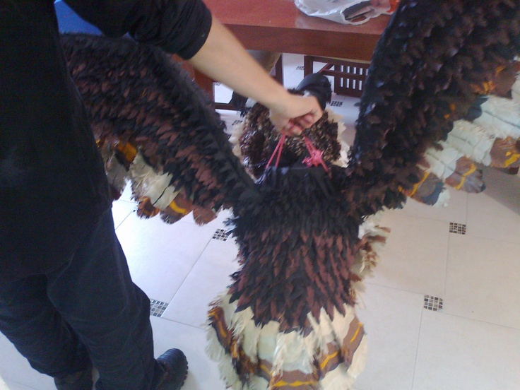 Teco el Buho de espaldas. Piñata olla barro y papel crepé y china. trabajo artesanal