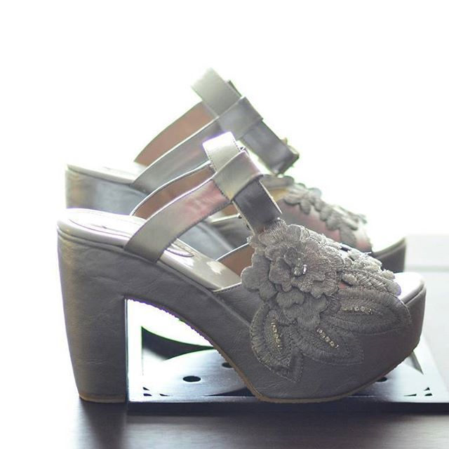 Karena nikahannya outdoor dan nyari wedding shoes yang haknya ngga lancip itu susah, jadi memutuskan untuk bikin wedding shoes sendiri deh 😉  Awalnya beli sepatu aimee di @iwearup warna putih polos, terus dikasih cat semprot warna silver (jangan lupa tutupin bagian yang ngga mau kena cat pakai masking tape), lalu ditempel hiasan, jadideh sepatu ala-ala 😍😍😍 #atrifalah #weddingshoes #diyweddingshoes