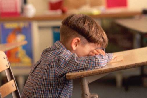 Una maestra, dopo aver consegnato le schede di valutazione ai genitori,