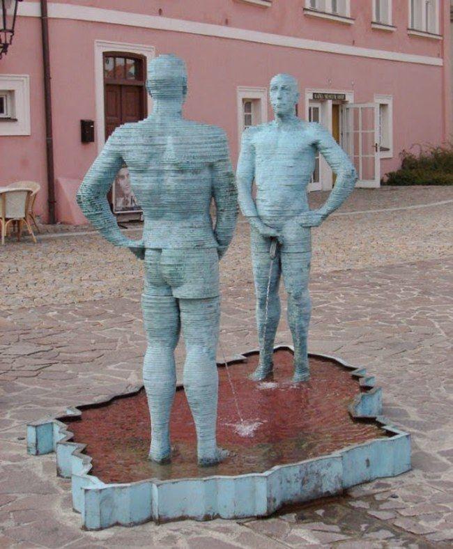 Hombres orinando de David Cerny. Museo de Praga, República Checa.