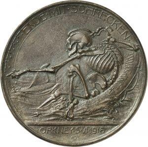 """Médaille, Walther Eberbach - Totentanz Orkney, bronze, 70,5 mm, 1916  / """"Fin effrayante / ORKNEY 5 VI 1916."""" La mort avec un béret de marin dans une bouée de sauvetage sur laquelle est inscrit HAMPSHIRE, indique, bras tendu vers l'ouest, le chemin à un poisson (requin?) Le lundi 5 juin 1916, près des côtes d'Orkney- Ecosse-le sous-marin allemand U75 envoie par le fond le croiseur HMS Hampshire à bord duquel est embarqué Lord Kitchener, Ministre de la guerre accompagné de son staff + 643…"""