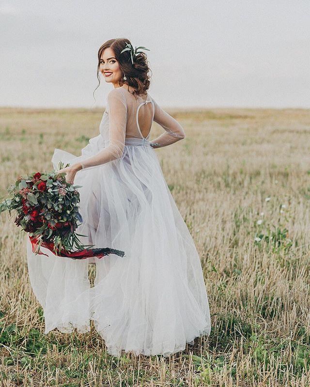 Продолжаем тему платьев в серебряном цвете💍 Salvia by @dream_and_dress - простое, стильное, воздушная юбка и вырез на спинке - мечта 🍃 идеально для свадьбы в лофте или на природе 🌿 #krasotaweddingdress