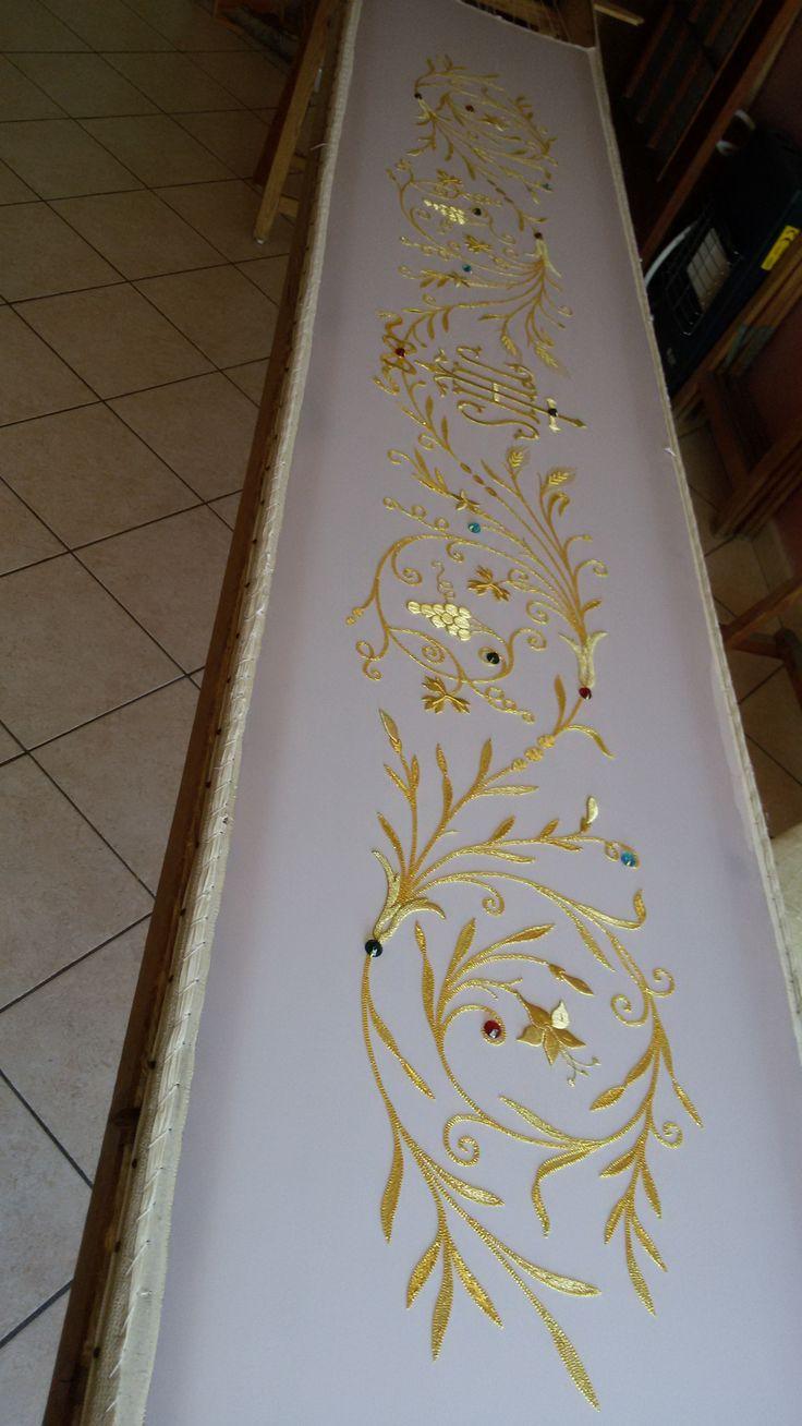 tovaglia da altare 4 metri , interamente ricamata a mano con filamenti in oro e con dettagli in pietre