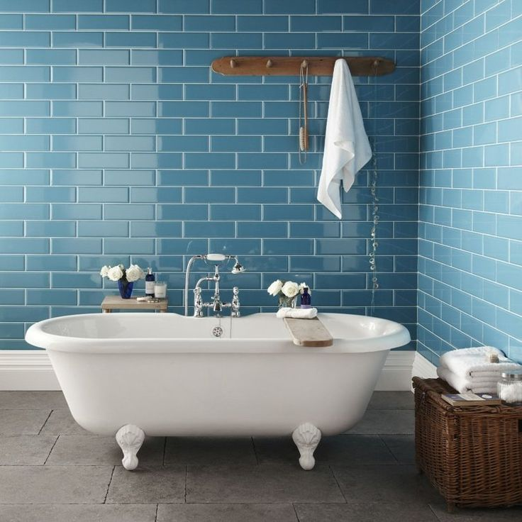 salle de bain avec baignoire et carrelage bleu