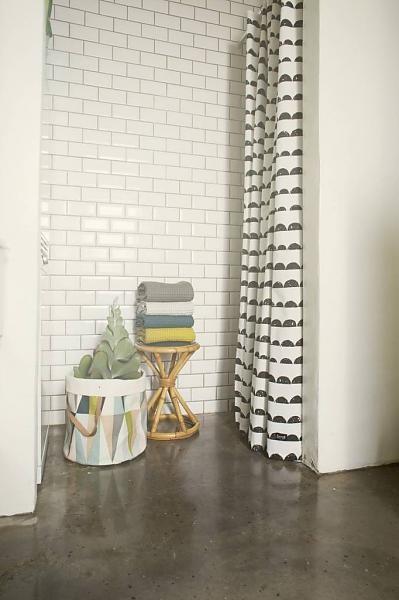 Ferm Living Douchegordijn zwart/wit katoen Half Moon Shower Curtain 160x200cm - wonenmetlef.nl