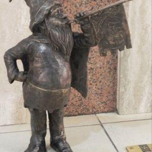 A fanfare spreading, information disseminating gnome in Wrocław, Poland Krasnoludek we Wrocławiu, w Polsce Trąbibrzuch - Pasaz grunwaldzki