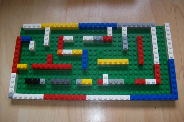 Lego Labyrint maken, knikker erin en rollen maar. Oefen hiermee de ooghandcoordinatie, ruimtelijke orientatie