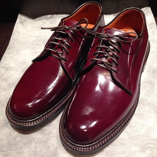 2017/11/01 11:57:26 show1fujita_shoeshiner こちらはとても色鮮やかな#8。ひとつひとつ色味が違うのも魅力のひとつですね😉 * #alden #usa #cordovan #nicecolor #shoeshine #shoepolish #polish #color #shoes #boots #leathershoes #leather #suit #clothes #fashion #style #cool #sexy #makeup #オールデン #アメリカ #コードバン #靴磨き #鏡面磨き #ブーツ #革 #スーツ #ファッション #鮮やか