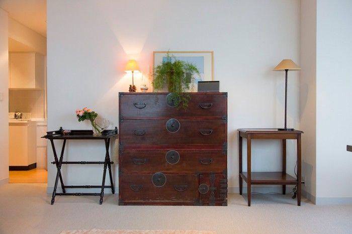 中央は門倉さんが高校生の時、お母様が骨董屋で購入した着物箪笥。今はエプロン、クロスなどの収納に使っている。