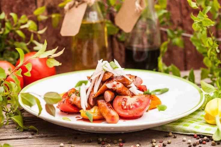 Frankfurterki z sałatką z pomidorów i białej rzodkiewki #smacznastrona #przepisytesco #majówka #grill #wiosna #frankfuterki #pomidory #białarzodkiew