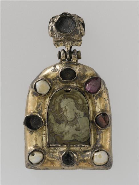Empire byzantin XIIe - XIIIe siècle  Pendentif : Christ bénissant  Stéatite, argent doré, perles, verre rouge, rubis H. : 5,60 cm. ; L. : 3,10 cm.