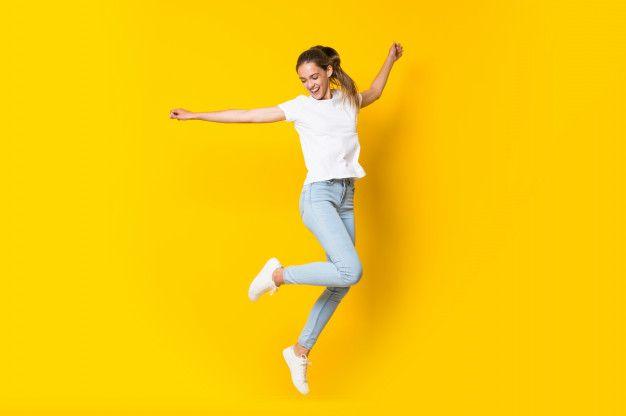 Молодая женщина прыгает через изолированную желтую стену   Best photo  poses, Yellow walls, Pop art women