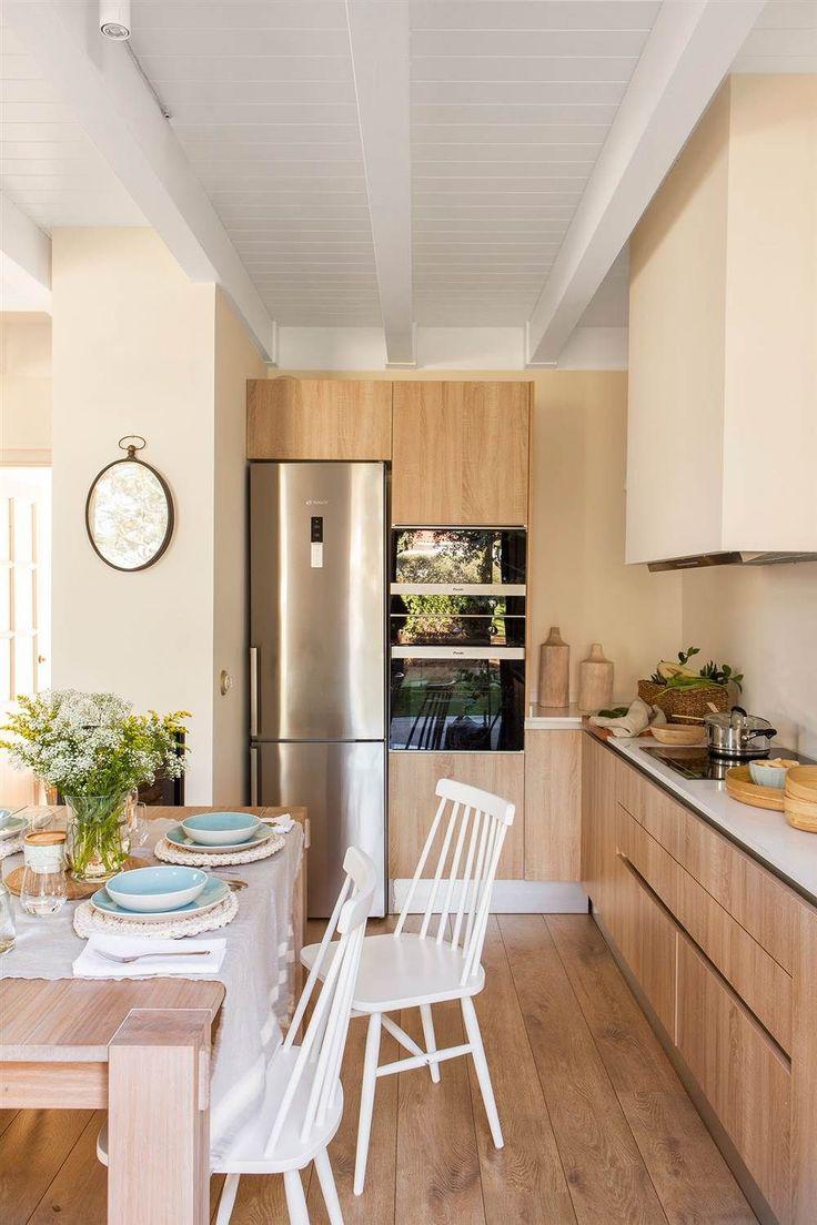 Cocina con office con vigas de madera en blanco y muebles de cocina de madera, igual que el suelo