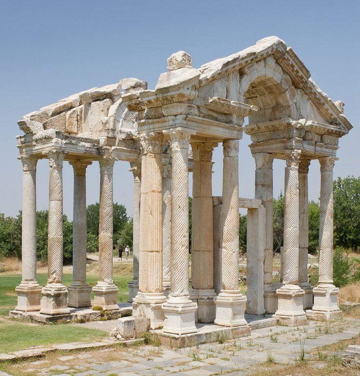 """""""Le tétrapylon d'Aphrodisias"""" (porte monumentale) - Aphrodisias est une petite cité antique de Carie, en Asie Mineure (Turquie). Elle aurait été fondée par les Lélèges, changea de nom plusieurs fois, pour s'appeler finalement Aphrodisias, en hommage à la déesse Aphrodite, au IIIe siècle avant notre ère. C'est un tremblement de terre suivi d'une inondation qui détruiront la majeure partie de la cité au IVe siècle de notre ère. Le christianisme mit fin au culte d'Aphrodite."""