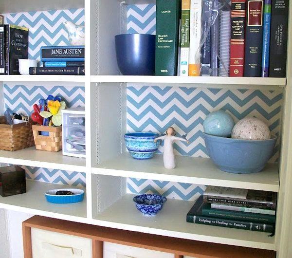Декор задней стенки шкафов яркими обоями от Feathers Flights - если оклеить заднюю стенку книжных полок яркими обоями, интерьер заиграет новыми красками. Также старые кухонные шкафчики и открытые полки можно скрыть за привлекательными тканевыми шторками, которые отлично сочетаются с декором в стиле кантри.