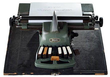 Inspektor Mew hilft Sherlock Holmes bei der Übersetzung eines Textes, der in Braille-Schrift verfasst ist.