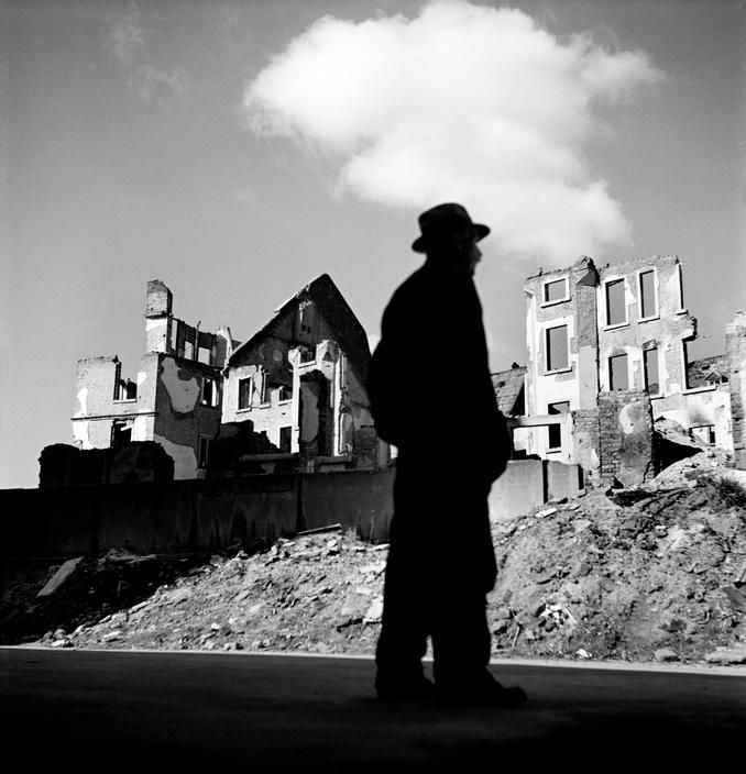 Resultado de imagem para A man gazes upon the ruined city of Frankfurt, Germany, 1946. Photo by Werner Bischof/Magnum