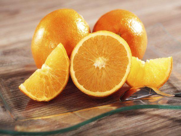 La cáscara de la naranja posee muchas vitaminas al igual que la fruta. Por eso, debes dejar de botarla inmediatamente luego de usarla.
