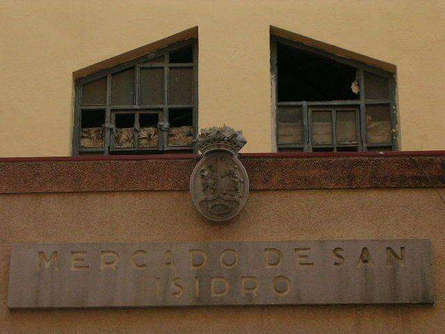 Remate con escudo en el Mercado de San Isidro