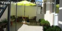 #Алушта #Сдам в аренду: Коттедж недорого без посредников  Недорого без посредников в любое время года. Коттедж на 5 номеров со всеми удобствами на 2-5 человек (в номере душ.кабинка, сан.узел, холодная и горячая вода постоянно, холодильник, телевизор, посуда в номере.....), во дворе мангал и кухня на 5 номеров. Находится между центром и морем. До моря 7 мин. пешком (центральная набережная) по ровной дороге, супер маркет АТБ через дорогу, до рынка 1,5 минуты пешком .Фото в фотоальбоме…