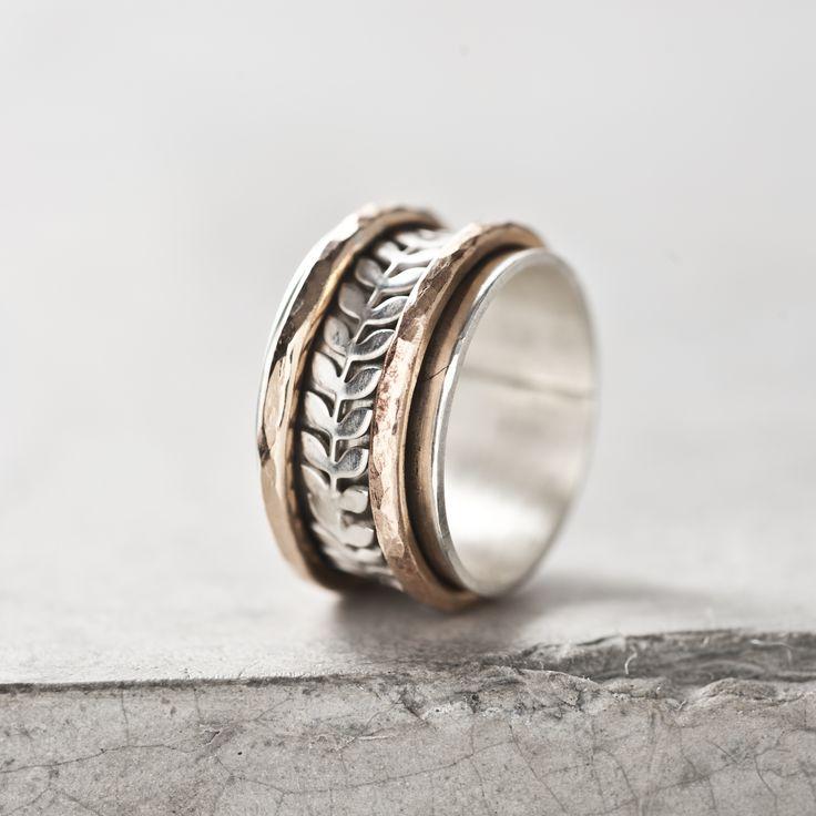 Sterling zilveren ring.  De twee bronzen ringetjes zijn gehamerd en hebben het uiterlijk van rosé goud. De zilveren lauwerkrans blaadjes maken deze ring uniek en vrouwelijk.  €175,-