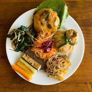 Moyashi com nirá, hambúrguer de tofu, tesourinho de risoto de arroz integral, kimpira de bardana com cenoura e lótus, espetinho de legumes, salada de nabo com cenoura e conserva de azedinha. By #veraviana  e #tampopogourmet. Foto de @brayub . #macrobiotics #macrobiótica #kimpira #tofu #lotusroot #daikon #gobo #renkon #moyashi #nira