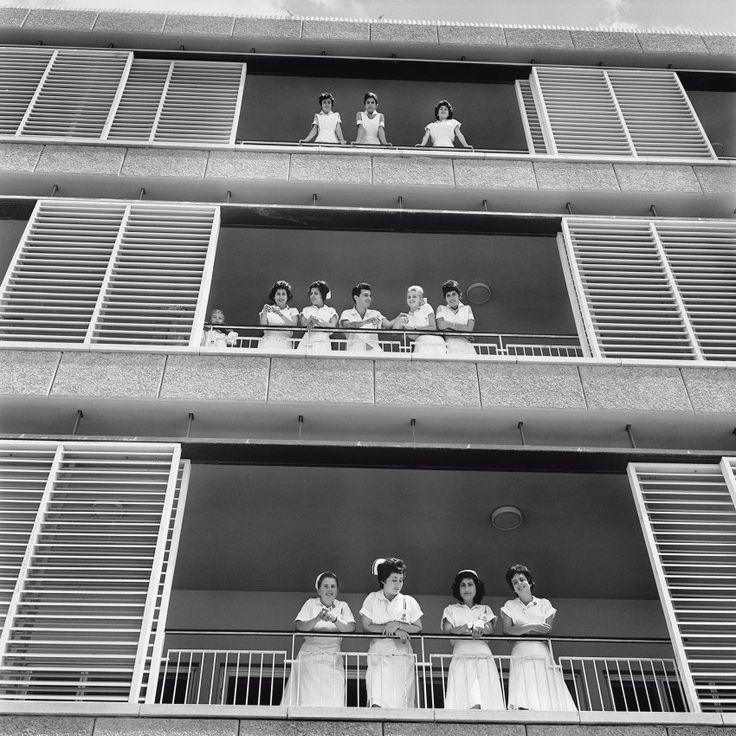 Weißkittel:  Krankenschwestern des Hospitals Be'er Sheva im Süden des Landes(Aufnahme von 1962). Das junge Israel war ein Land der Widersprüche: auf der einen Seite die harte Arbeit auf dem Land, auf der anderen aufstrebende Städte wie Tel Aviv.