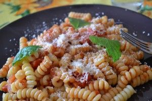 Pasta con pomodoro e menta. http://blog.giallozafferano.it/ilcassettodeisognisegret/pasta-con-pomodoro-e-menta/