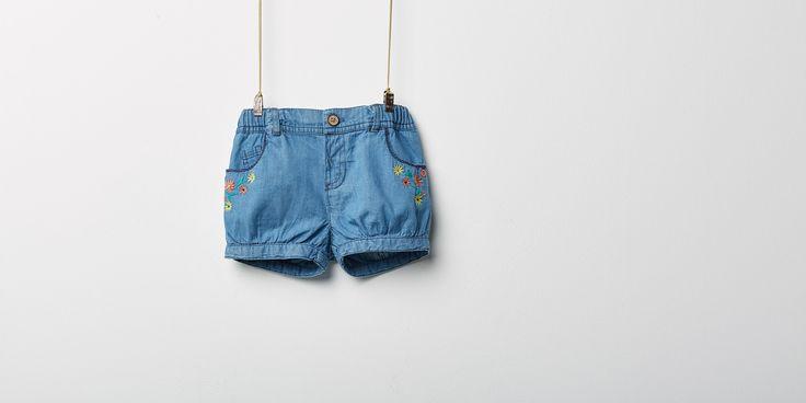 Sfera.com+-+Short+denim+con+bordados+en+los+bolsillos.+Cierre+con+cremallera+y+botón.+Algodón+100%.+Niños+&+Bebés,Bebé+niña+3-36+meses,Shorts+y+Monos+028-089970300938+-+http://www.sfera.com/es/ninos-bebes/bebe-nina-3-36-meses/shorts-y-monos/short-denim-61b1901/00938/