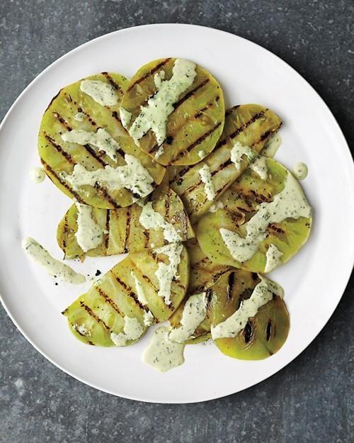 Gegrilde groene tomaten met basilicum-crème saus.